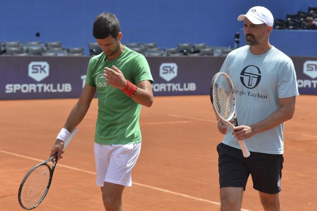 伊凡尼塞維奇(Goran Ivanisevic,右)曾在2001年奪得溫布頓網賽男單冠軍金盃,目前是喬科維奇(Novak Djokovic,左)教練團的一員。美聯社