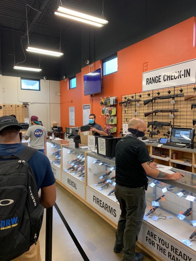 芝加哥西郊一家槍店生意興隆,26日下午顧客需排隊才能入店。(特派員黃惠玲╱攝影)