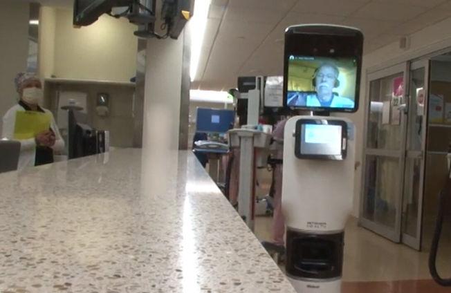 為保護前線醫護人員,馬里蘭大學醫學院近日通過機器人來照顧新冠肺炎的住院病患。(馬大醫學院提供)