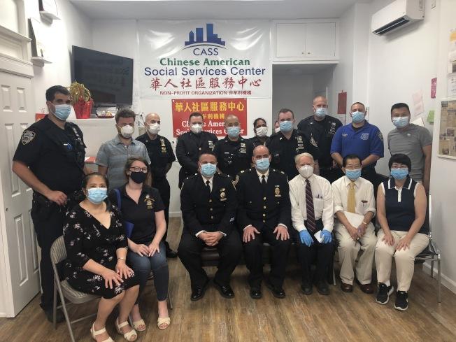 市警62分局25晚来到华人社区服务中心召开警民会议。(记者颜洁恩�u摄影)