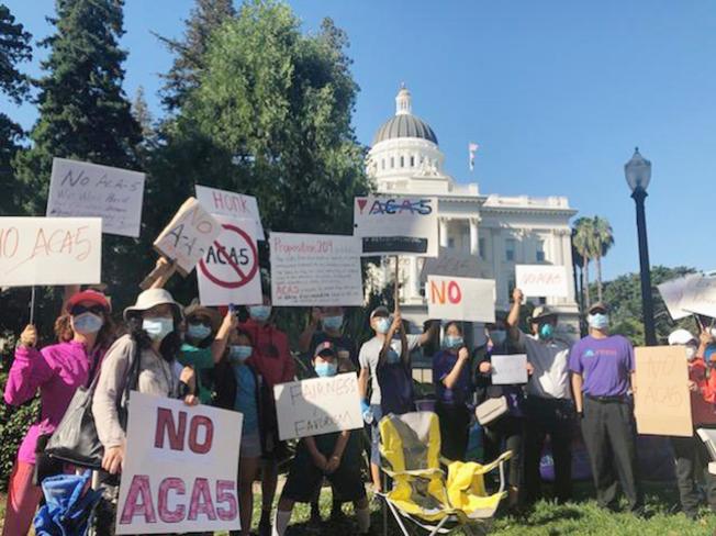 民眾在州府大樓前抗議ACA-5。(周士翔供圖)