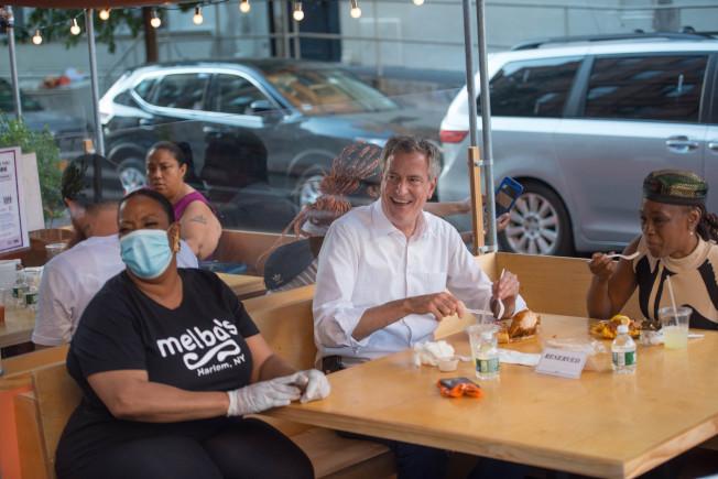 市长白思豪(中)日前和妻子一起到哈林区的餐馆户外堂食。(市长办公室提供)