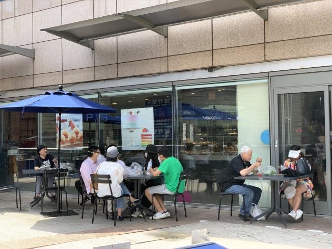 紐約市第三階段復工將把開放街道畫為戶外用餐區,6月29日開放申請。(記者賴蕙榆/攝影)