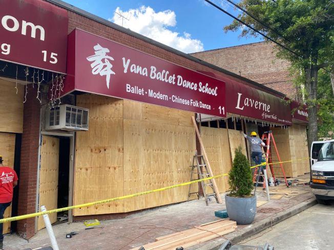 長島納蘇郡25日突發五級大火,四家商鋪被燒毀,其中兩家華裔經營,26日下午已被釘上木板。(記者牟蘭/攝影)