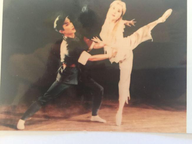 于婭娜(右)是原中央芭蕾舞團的演員,來美後開辦舞蹈教室,但25日大火燒毀了她的教室。(于婭娜提供)