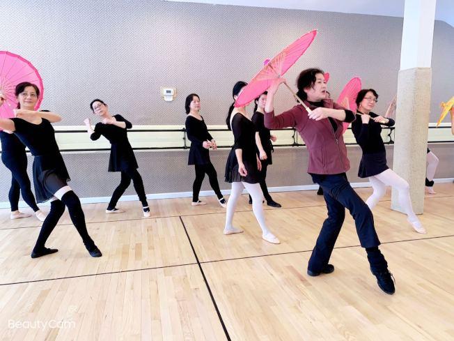 于婭娜在舞蹈教室內教授成人班舞蹈。(于婭娜提供)