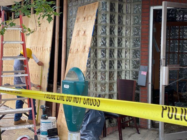 長島納蘇郡25日突發五級大火,四家商舖被燒毀。(記者牟蘭/攝影)