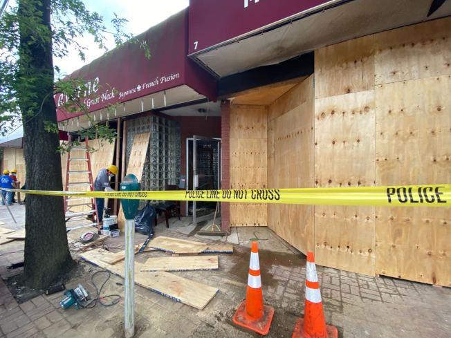 長島納蘇郡25日突發五級大火,四家商舖被燒毀,其中兩家華裔經營,26日下午已被釘上木板。(記者牟蘭/攝影)