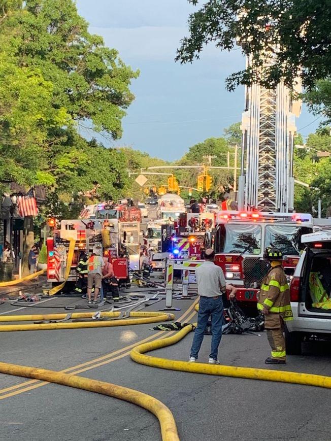 納蘇郡大頸Cutter Mill路附近25日下午3時30分左右發生火災,消防人員趕到現場支援。(于婭娜提供)