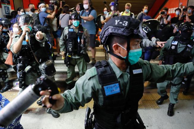 港府聲明將香港反送中運動定性為「反政府動亂」。圖為驅離反送中示威者的港警。(路透資料照片)