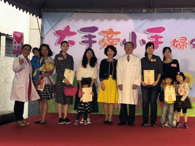 台北市長柯文哲的太太陳佩琪醫師,針對台灣不普篩,26日又發長文,她說,記得前不久指揮中心曾提及台灣不普篩的理由,「我聽了實在憋很久」, 趁先生不在台北時把它寫出來。(圖:取自陳佩琪臉書)