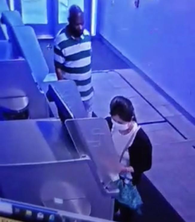 一華女在使用大通銀行自動存取關機時,遭一名非洲裔搶劫案。圖為發地監控錄像截圖。(警方提供)