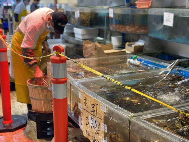 在紐約市的華人超市,生猛海鮮打出特價,龍蝦每磅價格只有5.99元。(記者牟蘭/攝影)
