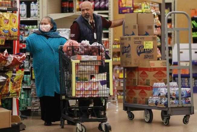 為因應新冠肺炎疫情,美國許多超市都特別安排「銀髮族購物時間」,讓年長的消費者安心購物。(Getty Images)