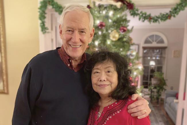 現年76歲的維吉尼亞州居民史坦伯格(左)疑遭國際犯毒集團誆騙,成為「毒騾」,在西班牙被捕入獄。圖為他和妻子2018年12月的家居照。(美聯社)