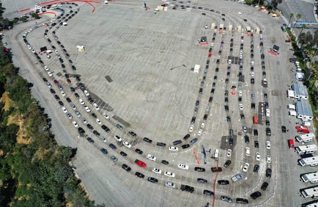 新冠疫情惡化,確診人數不斷增加。圖為洛杉磯道奇體育館外,等著做病毒檢測的車輛。(Getty Images)