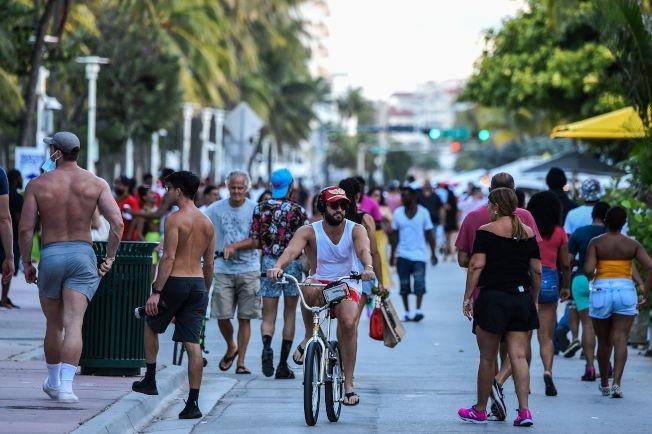 佛州過去24小時新增9585人確診感染,連續第二天改寫單日新高紀錄。圖為邁阿密海灘的海洋大道上仍見人潮,多數遊客仍未戴口罩。(Getty Images)