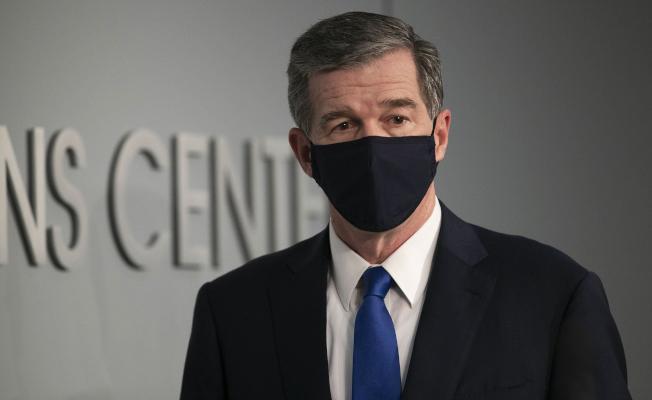 北卡州長庫珀24日宣布全州強制戴口罩,同時解封暫停三周。各州州長都面臨是否要強制規定州民戴上口罩。(美聯社)