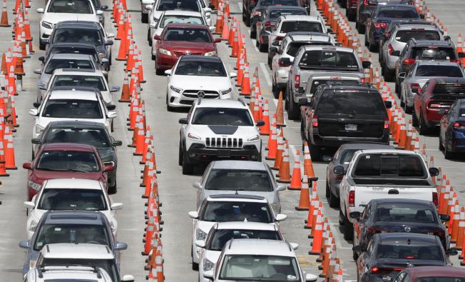 佛羅里達州新冠疫情似捲土重來,圖為在佛州邁阿密花園市居民駕車排隊等候檢測新冠病毒。(美聯社)