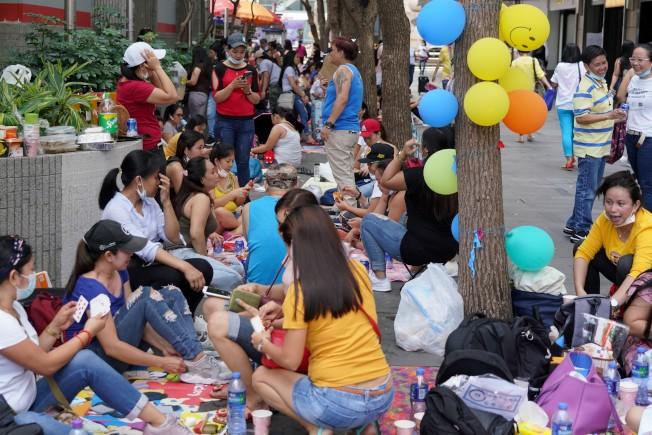 香港已連續14天沒有出現本地新增病例,但專家認為,政府須認真解決大批外傭來港後帶來的檢疫問題。圖為外傭在中環街頭聚集。(中通社)