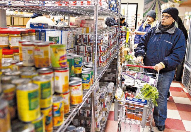 新冠疫情導致數千萬人失業,消費者想辦法縮減支出,讓肉類罐頭重獲消費者青睞。(路透)
