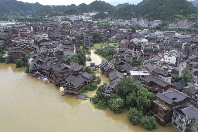 中國西南及長江流域豪雨成災,中國國家主席習近平今天首度對此作出指示。圖為23日貴州省水災災情。(美聯社)