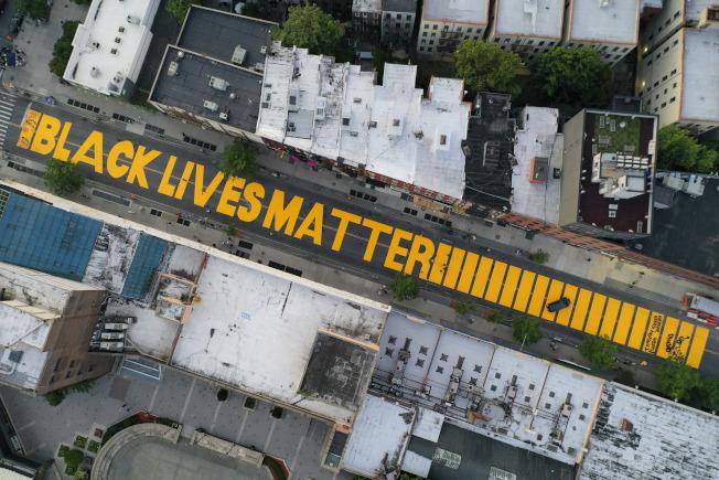 紐約布魯克林富頓街被漆上「黑人的命也是命」的巨型標語。(美聯社)