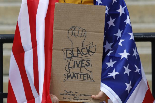 近期在全美掀起的「黑人的命也是命」運動,許多抗議者是認同自由派思想的白人。(美聯社)