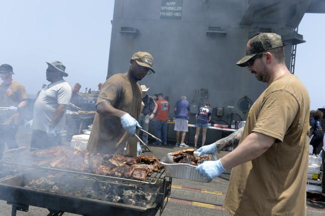 艾森豪號航空母艦官兵在飛行甲板上舉辦烤肉活動。(美聯社)