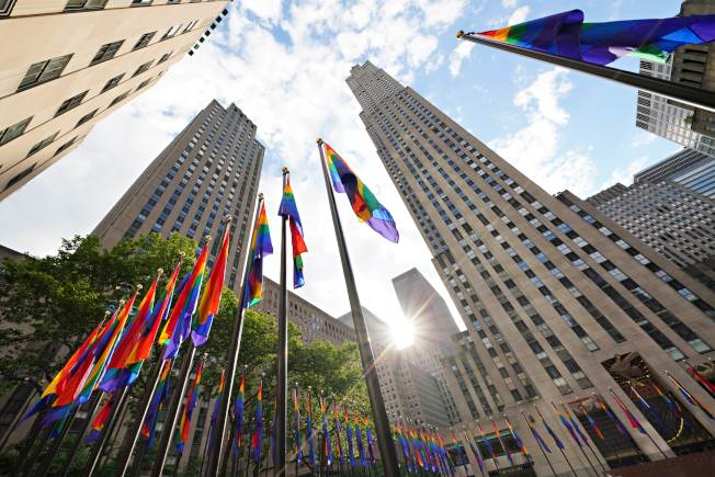 紐約紀念石牆酒吧事件51周年,紐約洛克菲勒中心掛滿了一百面彩虹旗,支持同志運動。(Getty Images)
