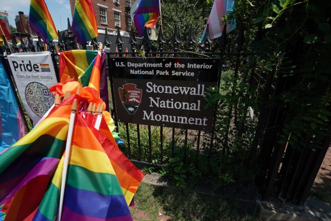 紐約西村石牆酒吧附近的紀念碑。1969年的石牆事件成為同志運動的重要起點。(Getty Images)