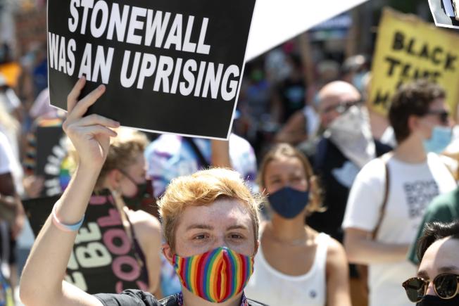 紐約28日眾多民眾上街,紀念石牆事件51周年,也為同志平權運動、「黑人的命也是命」而走。(美聯社)