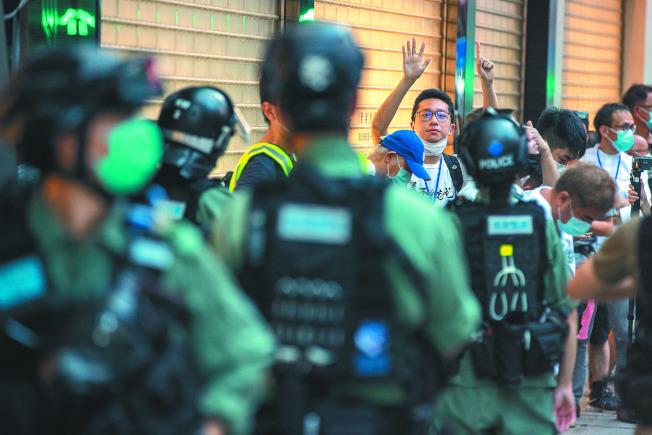 香港民眾28日發起「六二八靜默遊行」,遊行期間警方多次舉藍旗警告並噴胡椒劑,逾50人被捕,包括兩名區議員。(歐新社)