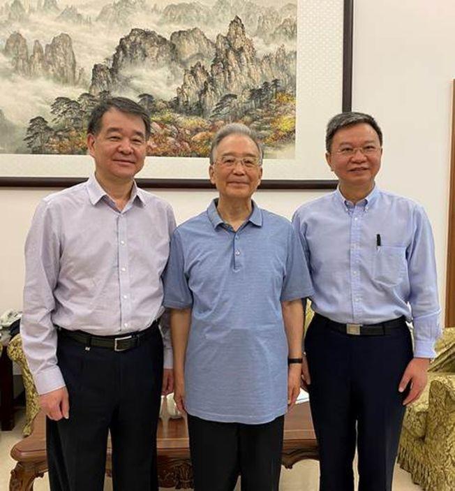 前中国国务院总理温家宝(中),日前在北京家中接见兰州大学高层。 (取材自官网)