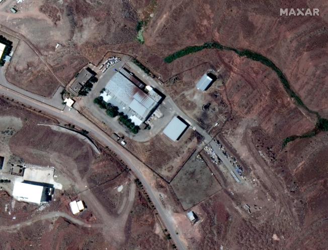 新公布的衛星圖像,中方修建的掩體、帳篷、軍事器材儲備設施等清晰可見。(路透)  IRAN-SECURITY/BLAST:A closeup of a satellite image shows buildings near Tehran A closeup of a satellite image shows buildings near Tehran, Iran June 17, 2020. Picture taken June 17, 2020. Satellite image ©2020 Maxar Technologies/via REUTERS ATTENTION EDITORS - THIS IMAGE HAS BEEN SUPPLIED BY A THIRD PARTY. NO RESALE. NO ARCHIVE. MANDATORY CREDIT. MUST NOT OBSCURE WATERMARK