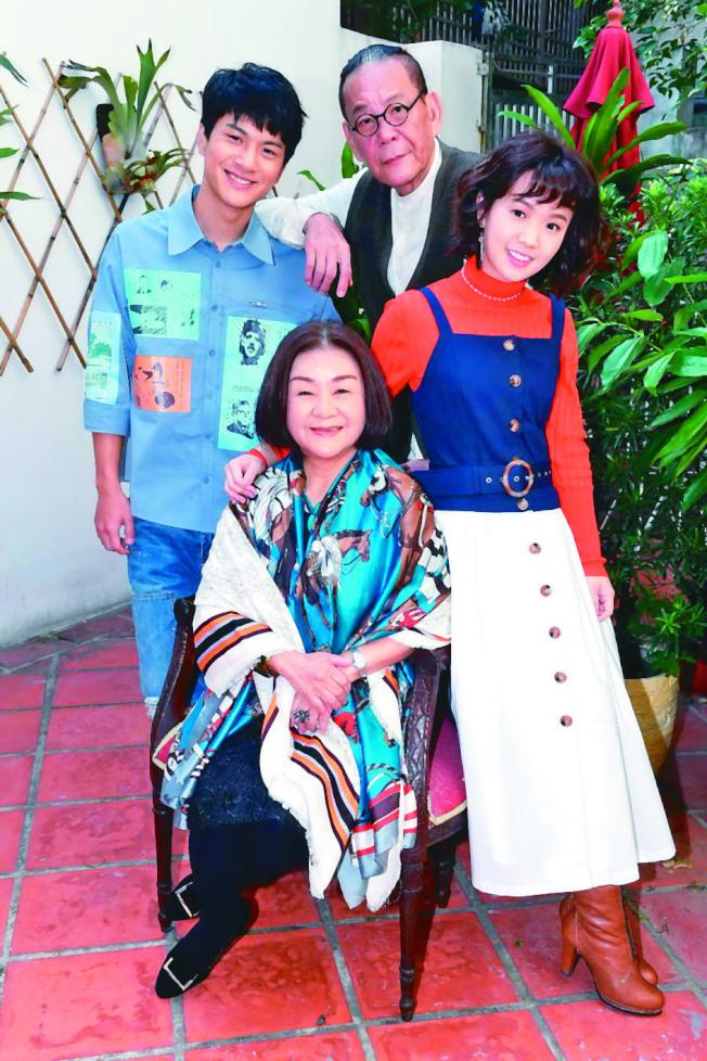 吳秀珠(前)與嚴正嵐(後排右起)、龍劭華、李冠毅演出「老姑婆的古董老菜單」。(圖:華視提供)