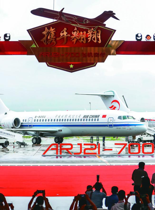 中國航空、東方航空及南方航空公司28日在中國商飛總裝製造中心浦東基地,正式接收各自首架中國國產ARJ21飛機。(取材自微博)
