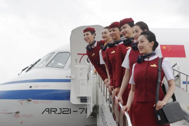 中國航空集團有限公司、中國東方航空集團有限公司、中國南方航空集團有限公司28日在中國商飛總裝製造中心浦東基地正式接收各自首架國產ARJ21飛機。(中新社)