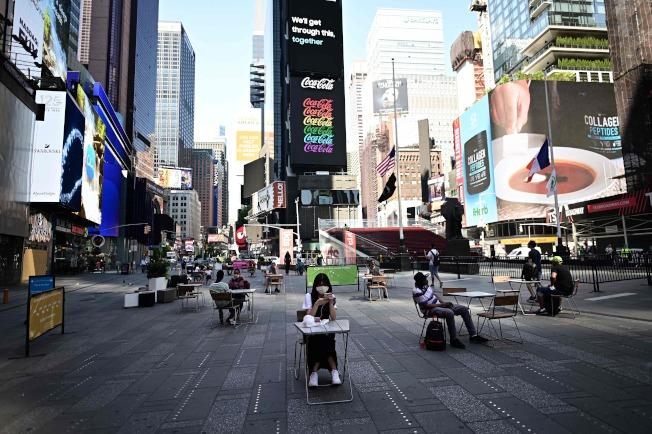 紐約未來幾天內將決定第三階段復工計畫是否包括恢復室內用餐。圖為22日紐約時報廣唱上用餐的民眾。(Getty Images)