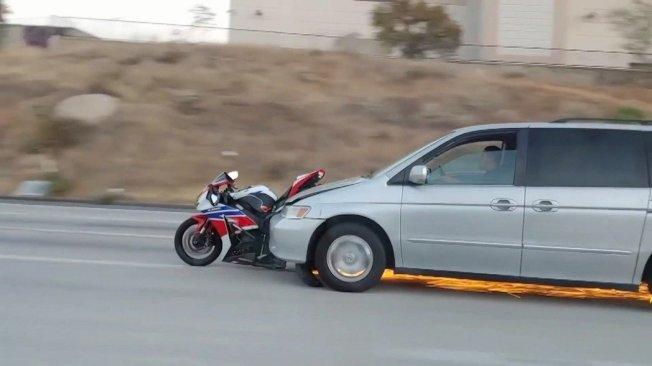 加州科洛納一輛休旅車撞上重機後未當場停下,還加速逃逸,在路上刮出一道長長的火花,讓其他駕駛看到傻眼。(路透、Storyful/William Ross)
