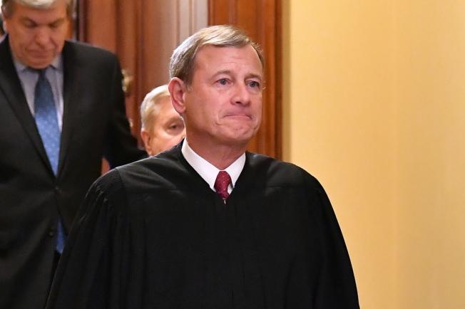 最高法院大法官羅伯茲投票時選擇與自由派大法官站在同一邊,裁定路州墮胎法無效。(Getty Images)