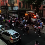 居民怒!紐約下東城酒吧街頭派對 參加者無視社交距離