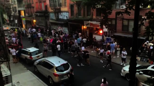 果園街酒吧於上周末舉辦街頭派對,影片中可看到參加者未戴口罩及保持社交距離。(截自推特影片)