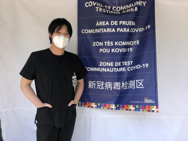 吳明從檢測站開放以來一直堅持工作。(記者張晨/攝影)