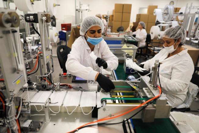 新冠肺炎疫情再度席捲美國,醫院等健康照護中心的N95口罩庫存再拉警報。圖為製造N95口罩的工廠。(Getty Images)