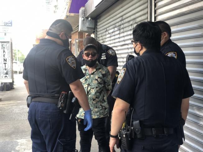 五分局警員趕到現場,將揮刀華男控制。(記者張晨/攝影)