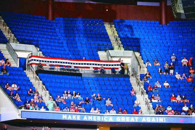 紐約時報分析,曾經力挺川普,政治立場傾向保守派的銀髮族,也不願繼續支持川普。圖為川普20日在奧克拉荷馬州土耳沙體育館舉行的造勢大會,現場空位很多。(美聯社)