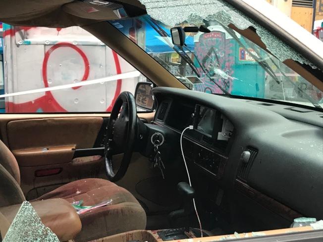 遭示威者盤據多日的西雅圖市「占領區」29日再出槍擊命案,兩名青少年坐在一輛白色休旅車前座,遭人射殺,一死一傷。車內可見血跡斑斑。警方稱現場已被破壞,正在緝凶。(美聯社)