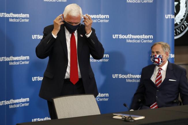 戴不戴口罩?正副總統不同調。 副總統潘斯(左)28日在德州達拉斯演說時,與德州州長艾伯特都戴上口罩; 德州近日疫情升高。(美聯社)