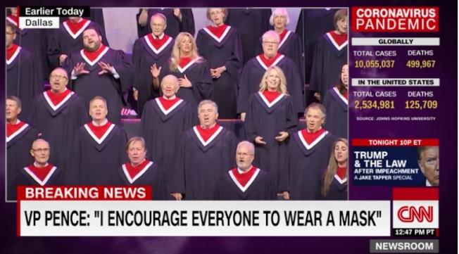 副總統潘斯周日赴德州演講,參加第一浸信會的活動,合唱團一百多名成員表演時都未戴口罩,潘斯則戴著口罩坐在台下第一排觀賞。(截自CNN視頻)